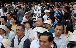 JR新宿駅西口で候補者の第一声を聞く人たち=東京都新宿区で2010年6月24日