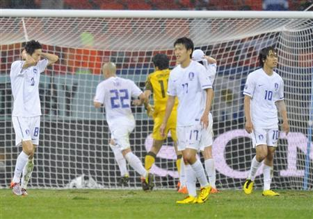 後半、ウルグアイに2点目のゴールを許し、ぼうぜんと立ち尽くす朴主永(右端)ら韓国の選手たち=26日