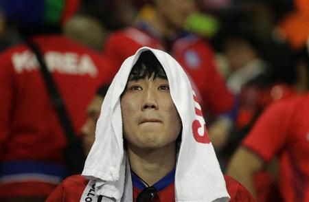 ウルグアイに敗退し、落胆する韓国サポーター=26日