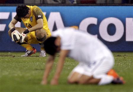 ウルグアイに敗れ、ピッチに跪く韓国代表=26日、ポートエリザベスのネルソン・マンデラベイ競技場