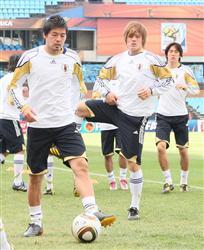 日本代表が公式練習。ウォームアップする松井大輔(左)