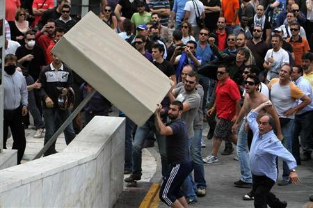 2010年5月5日、警官隊と衝突するデモ隊(デモ隊の大半は公務員)、アテネ