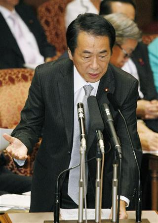 参院予算委で答弁する菅首相