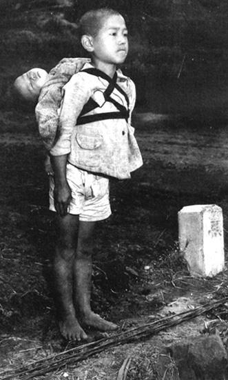 焼き場に立つ少年(1945年長崎)