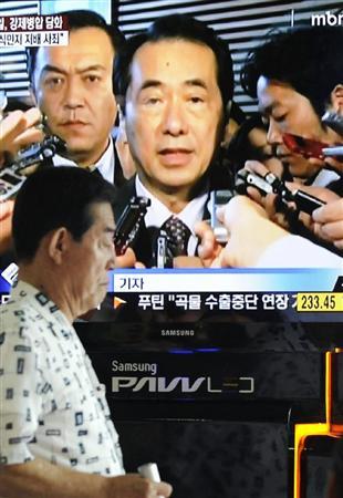 菅直人首相の談話発表を報じるソウル市内の街頭テレビ=8月10日
