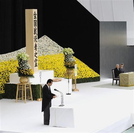 天皇、皇后両陛下がご出席され、開かれた全国戦没者追悼式で式辞を述べる菅首相=15日午前、東京都千代田区の日本武道館