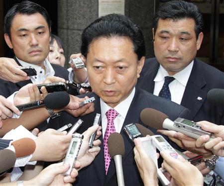 報道陣に小沢一郎・前民主党幹事長の出馬について話す鳩山由紀夫前首相