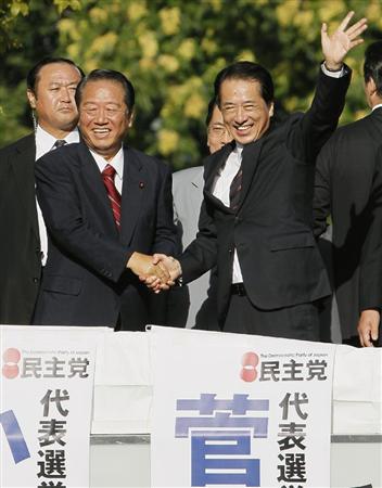 札幌市の大通公園で民主党代表選の街頭演説を行い、握手する小沢前幹事長(左)と菅首相=9日