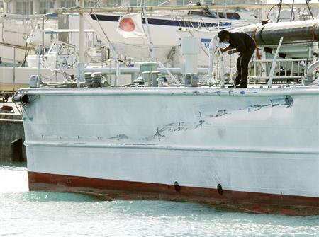 中国トロール漁船との接触で損傷した巡視船「みずき」の右舷後部=8日午前、沖縄県・石垣港