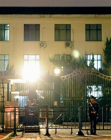 厳しい警備が敷かれる北京の日本大使館前=19日夜