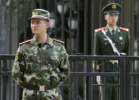 北京の日本大使館前で厳しい表情で警戒に当たる武装警察=19日