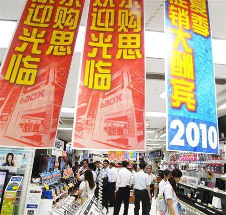 中国人観光客を熱烈歓迎する東京・秋葉原の電気店