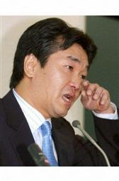 暴行事件で涙の謝罪会見をする島田紳助=2004年10月