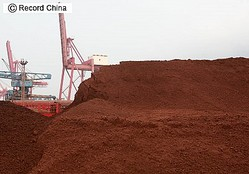 写真は江蘇省連雲港市の埠頭に積まれたレアアース