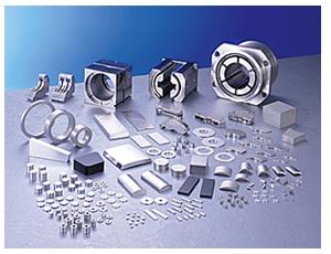 信越化学工業(株)のレア・アースマグネット。レア・アースを主原料にした高性能永久磁石。