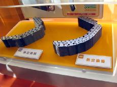 ダイキン,エアコン新製品にレア・アースの使用量を削減した新型モータを採用。ダイキンの従来製品の熱交換器(左)と新製品の熱交換器(右)