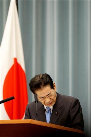 記者会見する仙谷由人官房長官会見=24日午後、首相官邸