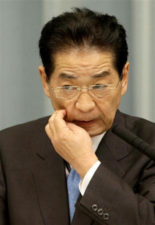 記者会見する仙谷由人官房長官。中国人船長の釈放問題について質問が相次いだ =24日午後、首相官邸