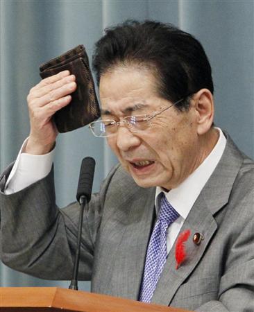 記者会見で、汗をふく仙谷官房長官=10月4日午後、首相官邸