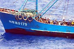 海上保安庁の巡視船と接触した中国のトロール漁船=沖縄県・尖閣諸島の久場島沖で2010年9月7日