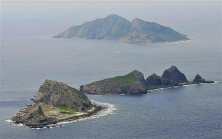 p1沖縄県・尖閣諸島。手前から、南小島、北小島、魚釣島=9日午後、共同通信社ヘリから