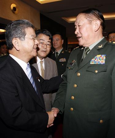 握手する北沢俊美防衛相と中国の梁光烈国防相=11日、ハノイ