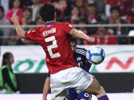 松井(中央奥)のクロスは相手MF(手前)の手に当たったのだが….国際親善試合
