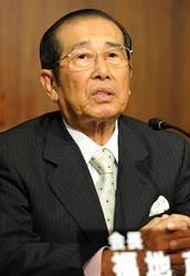 捜査情報を漏らした記者の問題について社内調査の状況を語るNHKの福地茂雄会長=東京都渋谷区のNHKで2010年10月14日