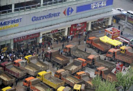 2008年4月、チベット問題をめぐり、サビついたトラックで、仏大手スーパーのカルフールに集団殴りこみをかける支那人。カルフール店員が暴行を受け、カウンターやレジが破壊されたという。(朝日新聞)