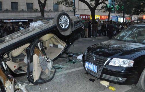 綿陽のデモ暴徒化に警察傍観 路上の車、次々に破壊