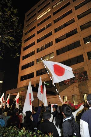 神戸海上保安部の主任航海士の身柄がある第5管区海上保安本部の前を行進する、主任航海士を支持し尖閣ビデオの公開を求めるデモ隊=14日午後、神戸市中央区