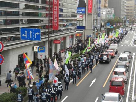 「頑張れ日本!全国行動委員会」などが大規模なデモ行進を行った=13日午後、横浜市西区