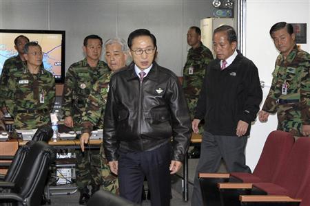 北朝鮮による延坪島への砲撃を受け、韓国軍合同参謀本部にあらわれた李明博大統領=23日午後