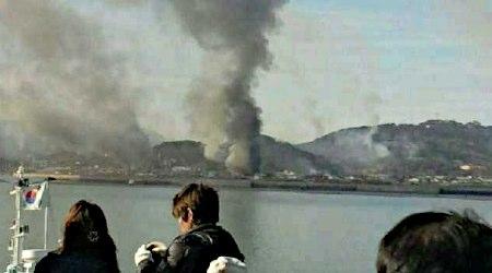23日午後、北朝鮮の砲撃を受け、大きな煙が上がる韓国西方沖の延坪島。韓国軍が反撃し、南北間で砲撃戦に発展、韓国軍海兵隊員2人が死亡したほか、隊員15人が重軽傷を負った