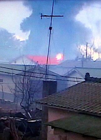 23日、北朝鮮の砲撃を受け炎上する韓国・延坪島の民家。YTNテレビによると同島に発射された砲弾は少なくとも200発に達し、民家60~70軒が炎上した上、山火事が発生。民間人が負傷した