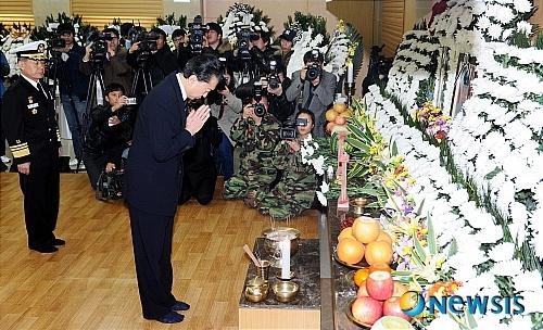 北朝鮮砲撃:弔問に訪れた鳩山前首相