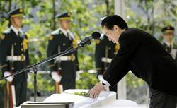 n1自衛隊殉職隊員追悼式で献花する菅首相=平成22年10月23日午前、防衛省