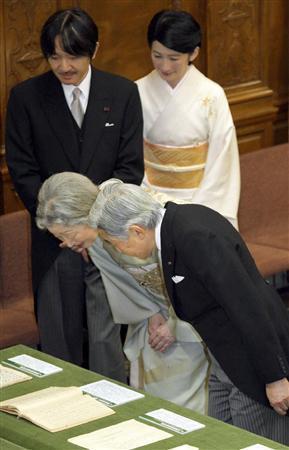 議会政治展示会で展示品をご覧になる天皇、皇后両陛下。後ろは秋篠宮ご夫妻=29日午前、国会・参院第一委員会室
