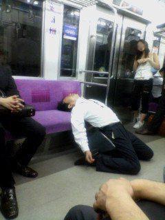 プロ市民として活動していた頃。打ち上げでビールを飲み、電車で爆睡