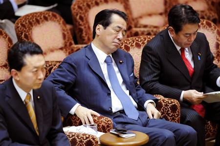 参院予算委で、目をつぶって質問を聞く菅副総理・財務相(中央)=2010年3月10日午後