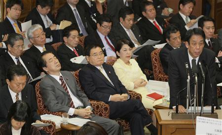 質問に答える川端文科相(右)。左から2人目は菅直人副総理・財務相=2010年3月3日午後(酒巻俊介撮影).