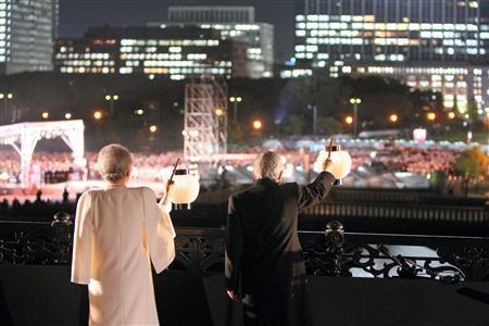 ご即位20年を祝う国民祭典で、来場者の歓声にちょうちんを振ってお応えになる天皇、皇后両陛下=平成21年11月12日夜