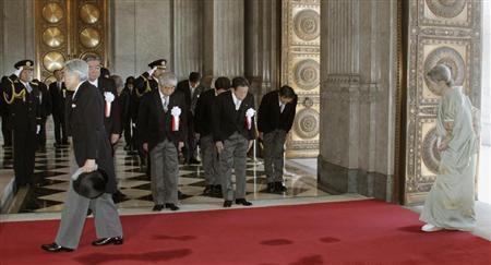天皇陛下に一人お辞儀をしない日教組出身の横路孝弘衆院議長