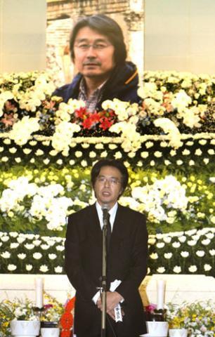 ミャンマーで取材中にジャーナリストの長井健司さんが銃撃され、死亡。長井さんの遺影を前に、葬儀であいさつするAPF通信社の山路徹社長