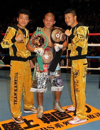 """""""亀田祭り""""と称したイベントで3人揃って勝利を飾りポーズをとる(左から)大毅、興毅、和毅=26日午後、さいたまスーパーアリーナ"""