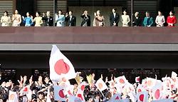 新年の一般参賀に訪れた人たちの前に姿を見せる天皇、皇后両陛下と皇族方=皇居で2011年1月2日午前10時13分、梅田麻衣子撮影