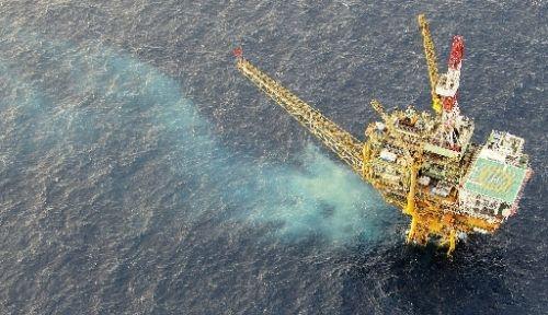ガス田「白樺」掘削の影響か海水が変色=読売機から和田康司撮影2010年9月
