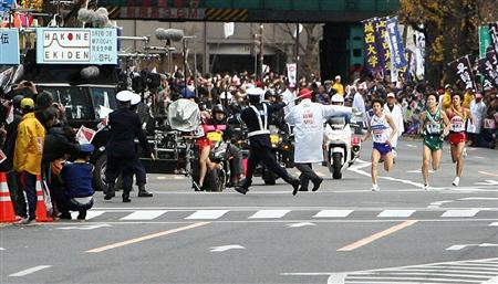 ゴール手前で進路を間違える国学院・寺田夏生(下)=3日、東京・大手町