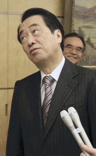 記者の追加の質問に立ち止まる菅首相(6日午後、首相官邸で)=田中秀敏撮影