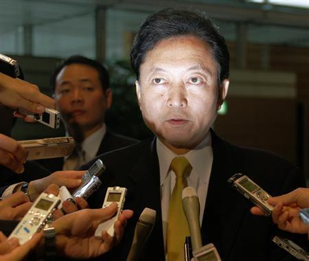 記者団の質問に答える鳩山由紀夫・首相 =28日午前、首相官邸(酒巻俊介撮影)(写真:産経新聞).